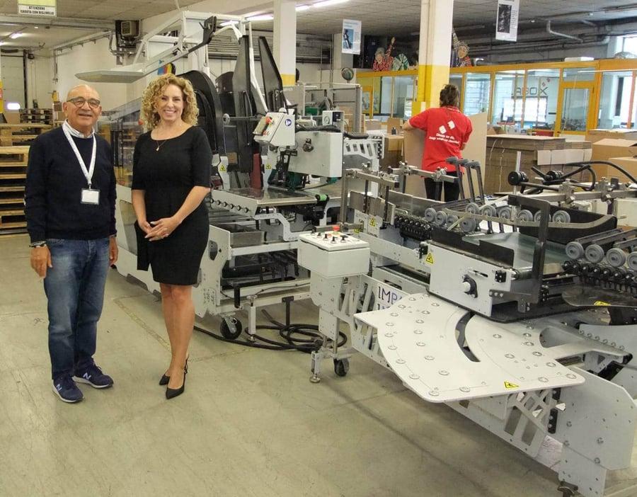Tonino Dominici und Marie-Soleil Boutet, die unter anderem die italienischen Kunden von IMPACK betreut, am Universal-Abpacker Ergosa C.