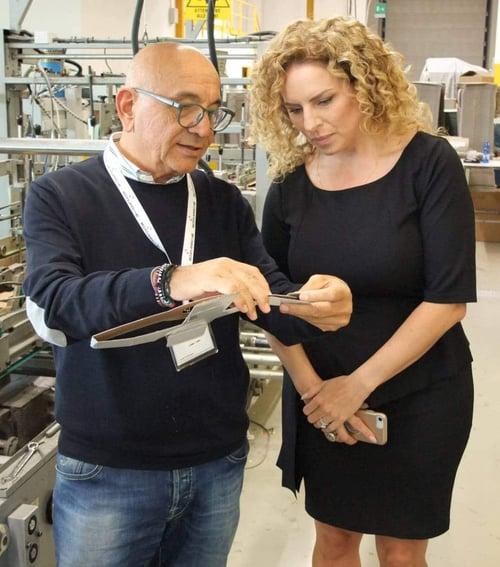 Tonino Dominici explique à Marie-Soleil Boutet d'IMPACK la conception des banderoles pour les ustensiles de cuisine.